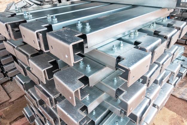 Supporto in acciaio zincato per rivestimenti.