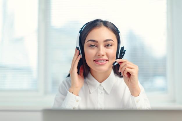 Supporto operatore telefonico in cuffia sul posto di lavoro
