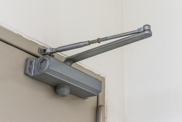 Supporto per chiudiporta automatico a cerniera idraulica