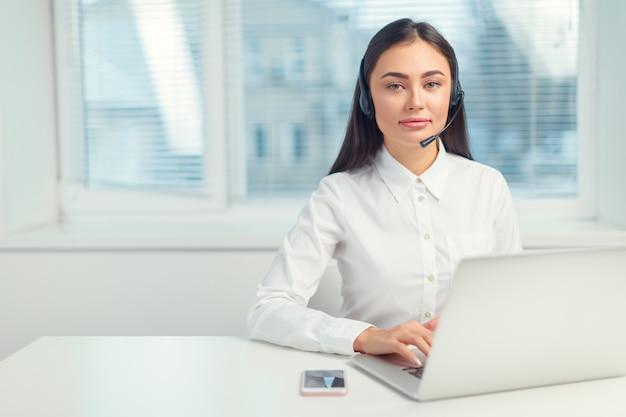 Supporto telefono operatore in cuffia sul posto di lavoro