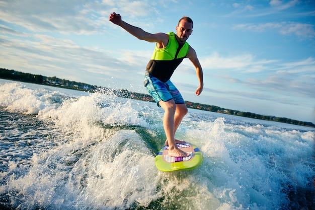 Surfer avventuroso avere un buon tempo