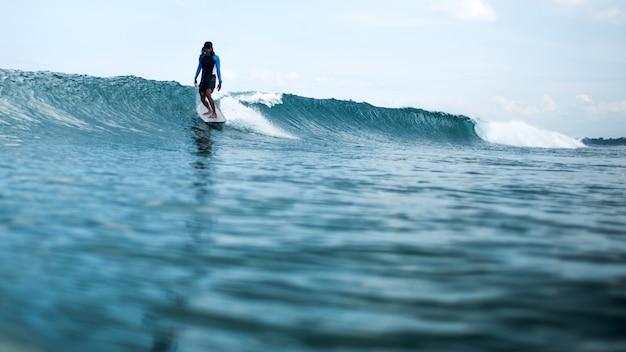 Surfista cavalcando un'onda