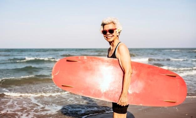 Surfista in una bella spiaggia