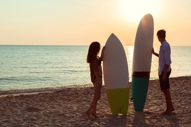 Surfisti in spiaggia che si divertono in estate