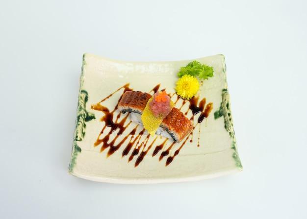 Sushi affumicati unagi o anguilla con salsa al vino rosso