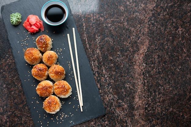Sushi al forno con polpa di granchio.