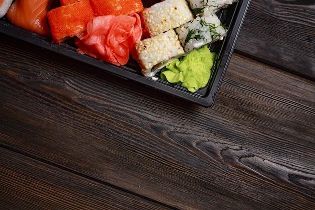 Sushi asiatici dell'alimento e rotoli in quarantena nell'autoisolamento, consegna a domicilio dell'alimento