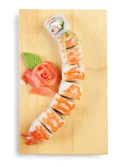 Sushi asiatici dell'alimento sul piatto di legno isolato