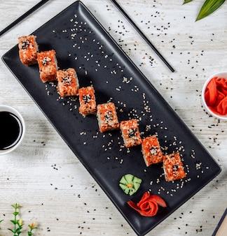 Sushi con caviale rosso e semi di sesamo