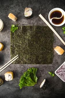 Sushi con cornice verticale di ingredienti