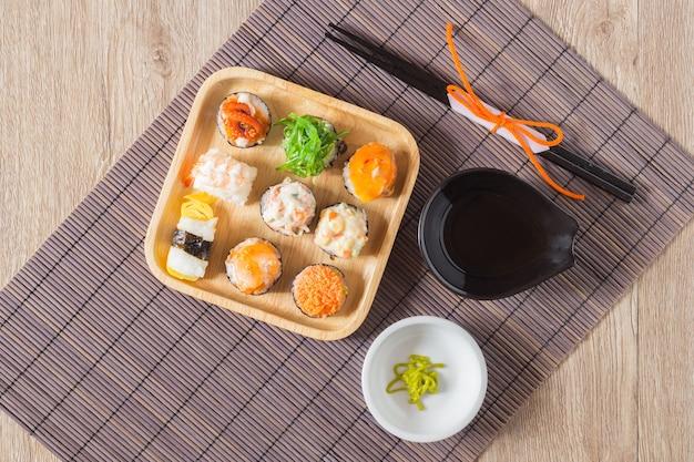 Sushi con salmone, gamberi, avocado, crema di formaggio. menu di sushi cibo giapponese.