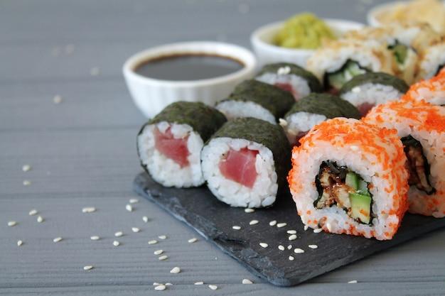Sushi con salsa di soia e wasabi