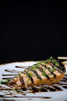 Sushi deliziosi di uramaki di color salmone dell'alimento giapponese con riso