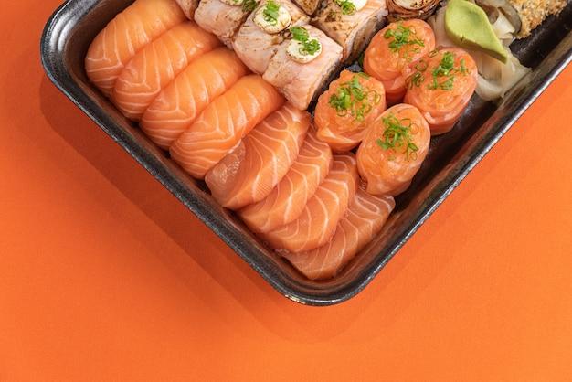 Sushi deliziosi e belli sul tavolo arancione