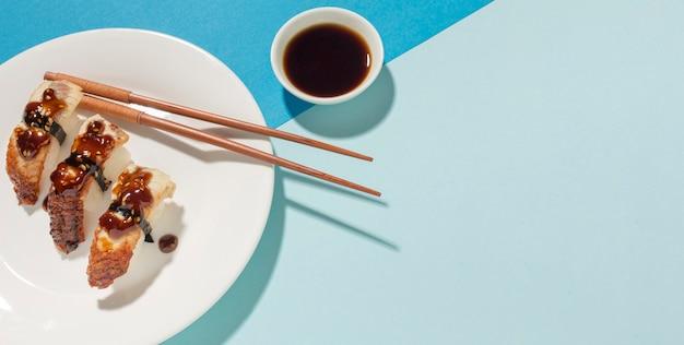 Sushi deliziosi e salsa di soia con lo spazio della copia