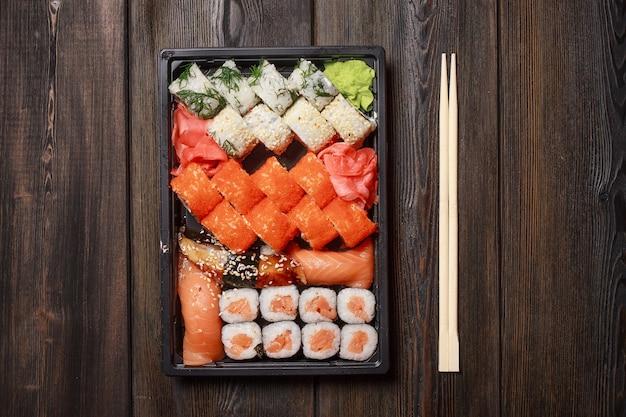 Sushi di cibo asiatico e panini in quarantena in auto isolamento, consegna del cibo a casa