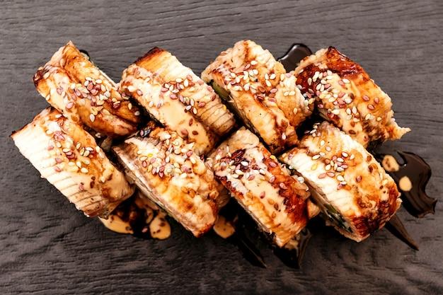 Sushi di filadelfia con anguilla giapponese, cucina panasiatica, menu
