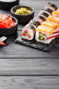 Sushi di maki dell'angolo alto sull'ardesia