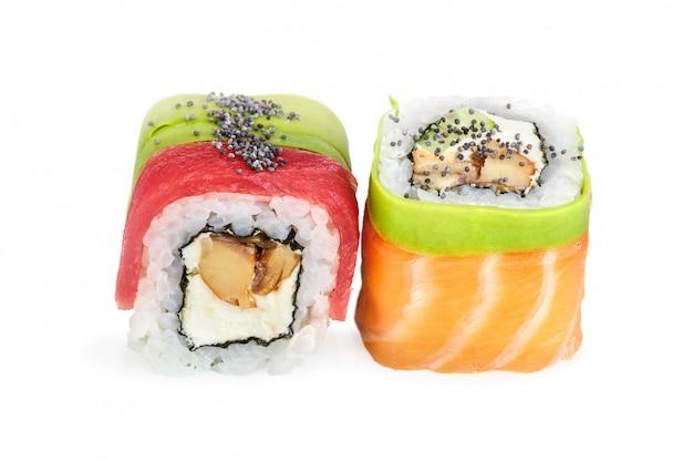 Sushi di maki di uramaki, due rotoli isolati su bianco