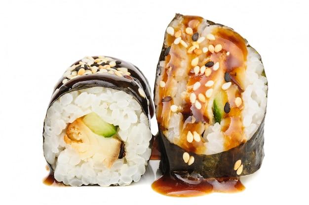 Sushi di maki, due rulli isolati su bianco