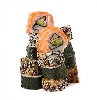 Sushi di maki isolati su bianco