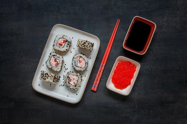 Sushi di mousse di polpa di granchio giapponese con caviale rosso con le bacchette