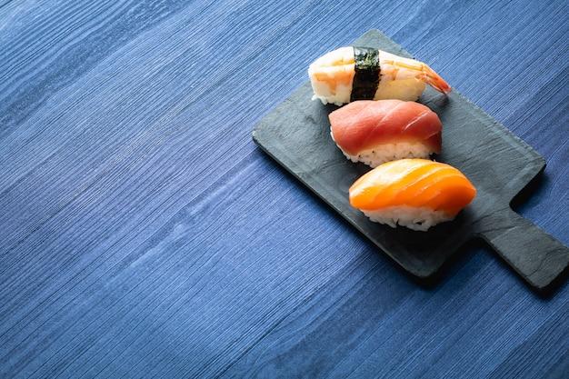Sushi di nigiri sulla tavola di legno in un ristorante giapponese. copia spazio e vista dall'alto