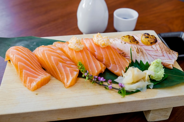 Sushi di pesce crudo imposta cibo giapponese