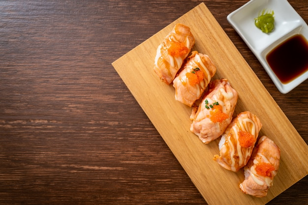 Sushi di salmone alla griglia sul piatto di legno, stile di cibo giapponese