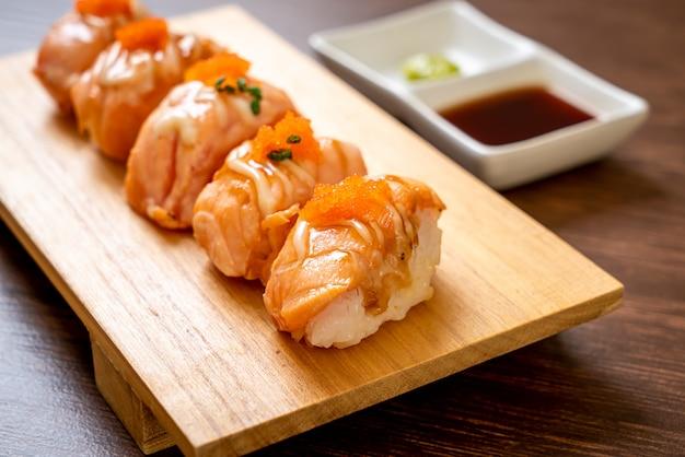 Sushi di salmone alla griglia sul piatto