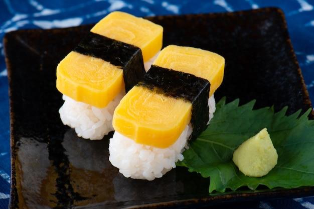 Sushi di uova dolci giapponesi.