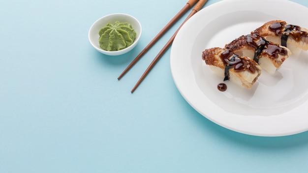 Sushi e wasabi deliziosi del primo piano con lo spazio della copia