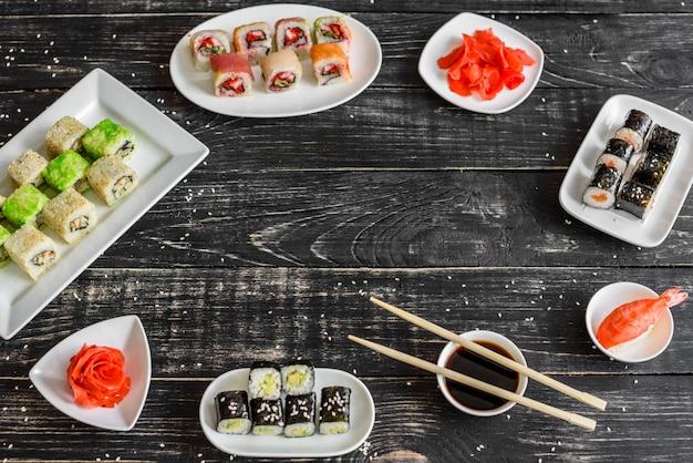 Sushi freschi e gustosi su sfondo scuro. può essere usato come sfondo