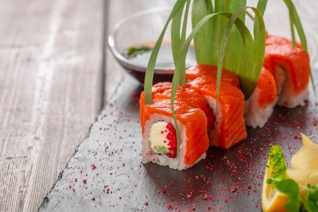 Sushi freschi sulla tavola di legno rustica