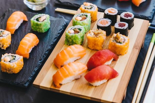 Sushi fresco su tavole