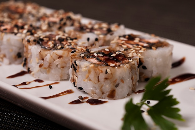 Sushi giapponese, cibo asiatico delizioso salmone pesce piatto pasto, pasto cinese, cibo biologico asiatico, frutti di mare
