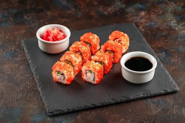 Sushi giapponese su uno sfondo scuro rustico.