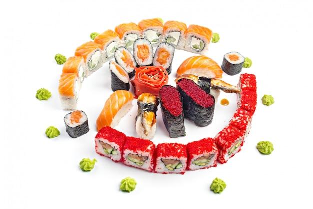 Sushi impostato su bianco