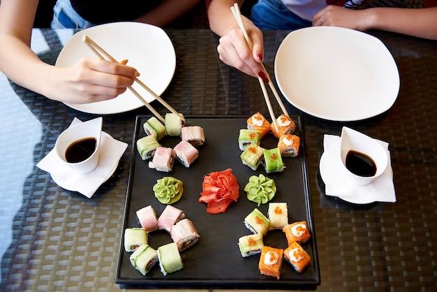Sushi impostato su un tavolo di vetro.