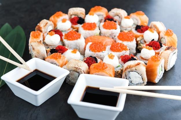 Sushi impostato su una superficie nera