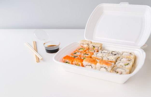 Sushi in una ciotola di poke con salsa