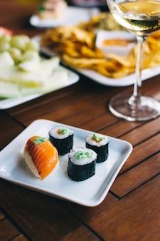 Sushi in una festa in giardino estivo