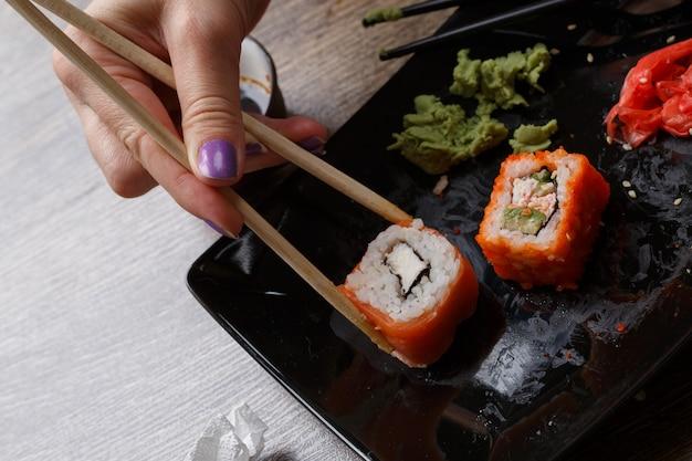 Sushi. mano con le bacchette