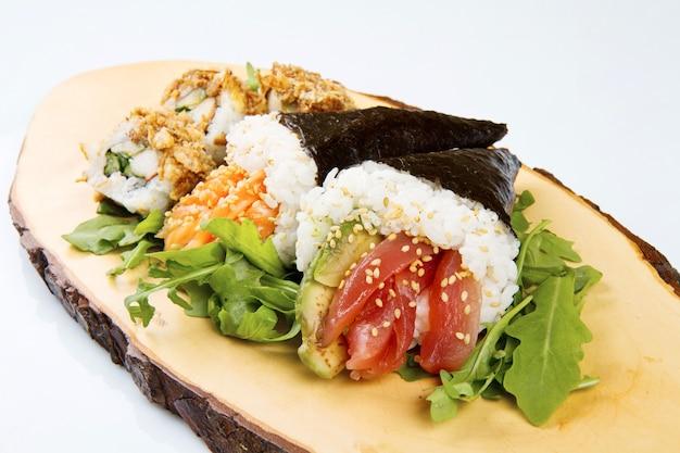 Sushi misto su piatto di legno