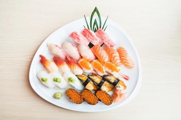 Sushi nel piatto bianco