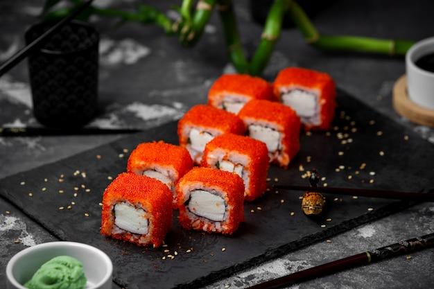 Sushi set con caviale rosso sul tavolo
