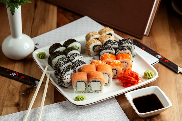 Sushi set rotolo di philadelphia con crema di formaggio e salmone rotolo di california con polpa di granchio e tobiko caviale kappa maki