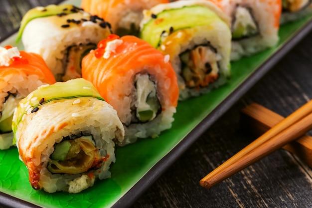 Sushi set: rotolo di sushi con salmone e rotolo di sushi con anguilla affumicata.