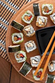 Sushi set su tavola di legno