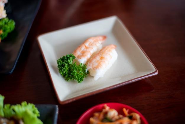 Sushi sui piatti, concetto dell'alimento del giappone